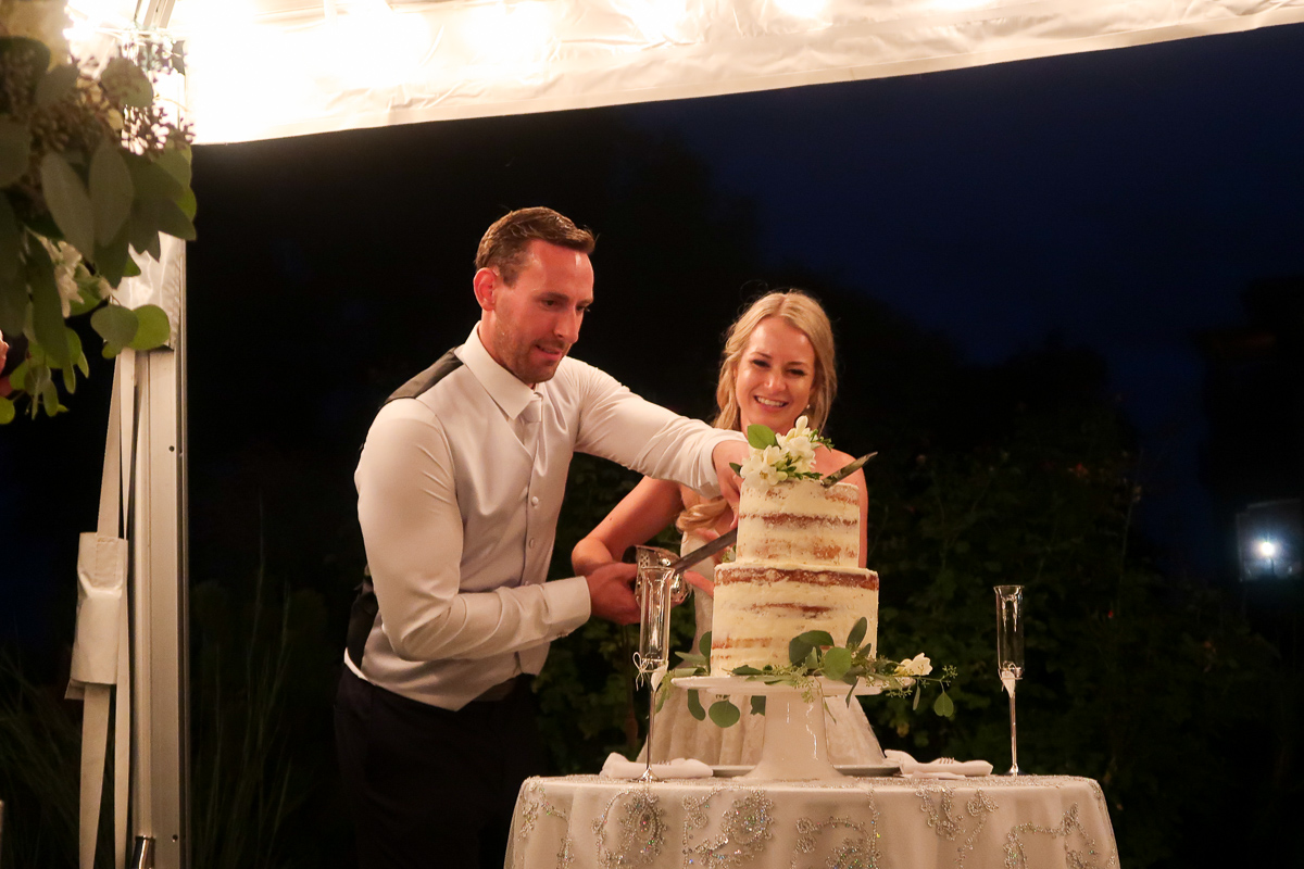 羅布和勞拉切入他們的婚禮蛋糕金製作